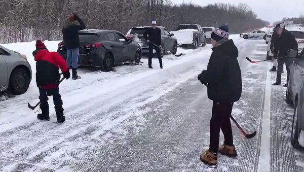 Канадцы играют в хоккей на трассе - Sputnik Армения