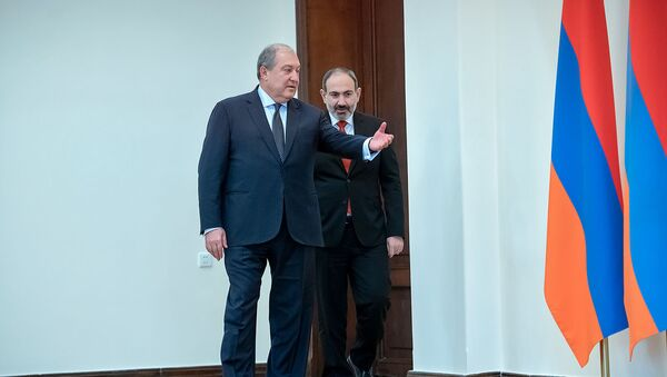 Президент Армен Саркисян и премьер-министр Никол Пашинян во время принятия присяги правительства Армении (30 января 2019). Еревaн - Sputnik Армения