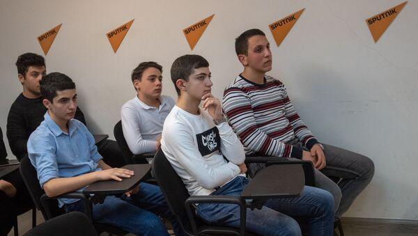 Встреча старшеклассников школы №196 с профессором ЕрГМУ Артуром Шукуряном в рамках проекта Sputnik МедиUs (31 января 2019). Еревaн - Sputnik Армения