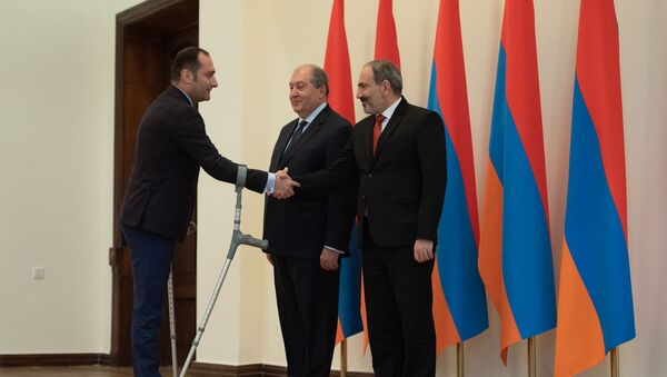 Презиент Армен Саркисян и премьер-министр Никол Пашинян поздравляют министра юстиции Артака Зейналяна после принятия присяги (30 января 2019). Еревaн - Sputnik Արմենիա