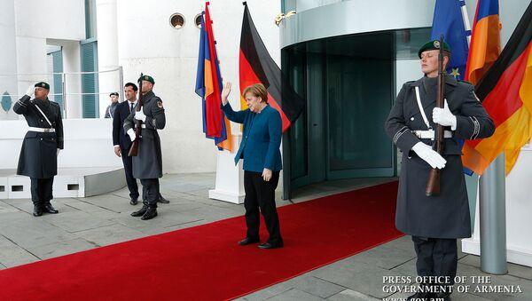 Канцлер Германии Ангела Меркель провожает премьер-министра Армении Никола Пашиняна после совместной пресс-конференции в канцелярии (1 февраля 2019). Берлин - Sputnik Արմենիա