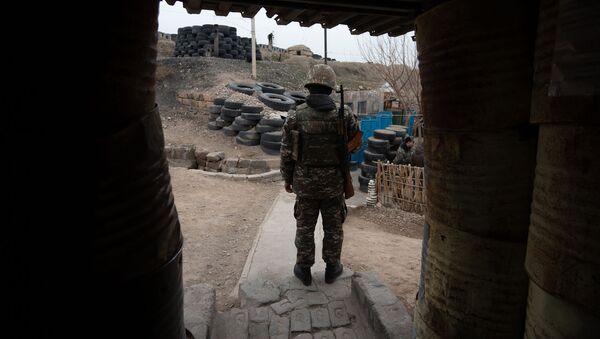 Армянский военнослужащий на боевой позиции - Sputnik Արմենիա
