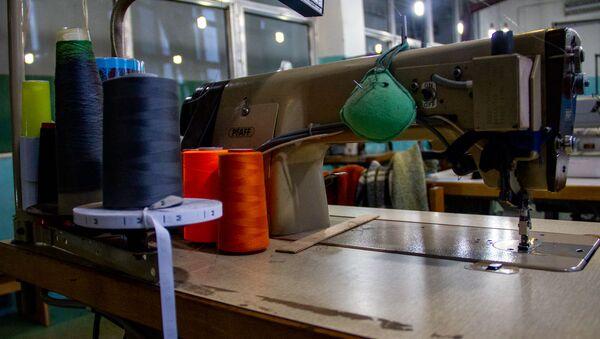 Швейная машинка на трикотажной фабрике Сонатекс - Sputnik Արմենիա