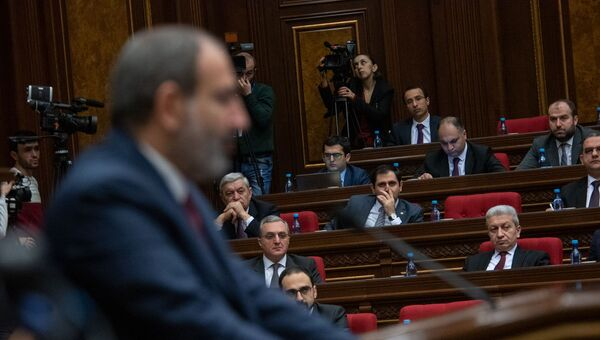 Члены правительства Армении слушают речь премьер-министра Никола Пашиняна на внеочередном заседании парламента (12 февраля 2019). Еревaн - Sputnik Армения