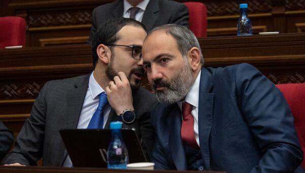 Премьер-министр Никол Пашинян и вице-премьер Тигран Авинян на внеочередном заседании парламента (12 февраля 2019). Еревaн - Sputnik Армения
