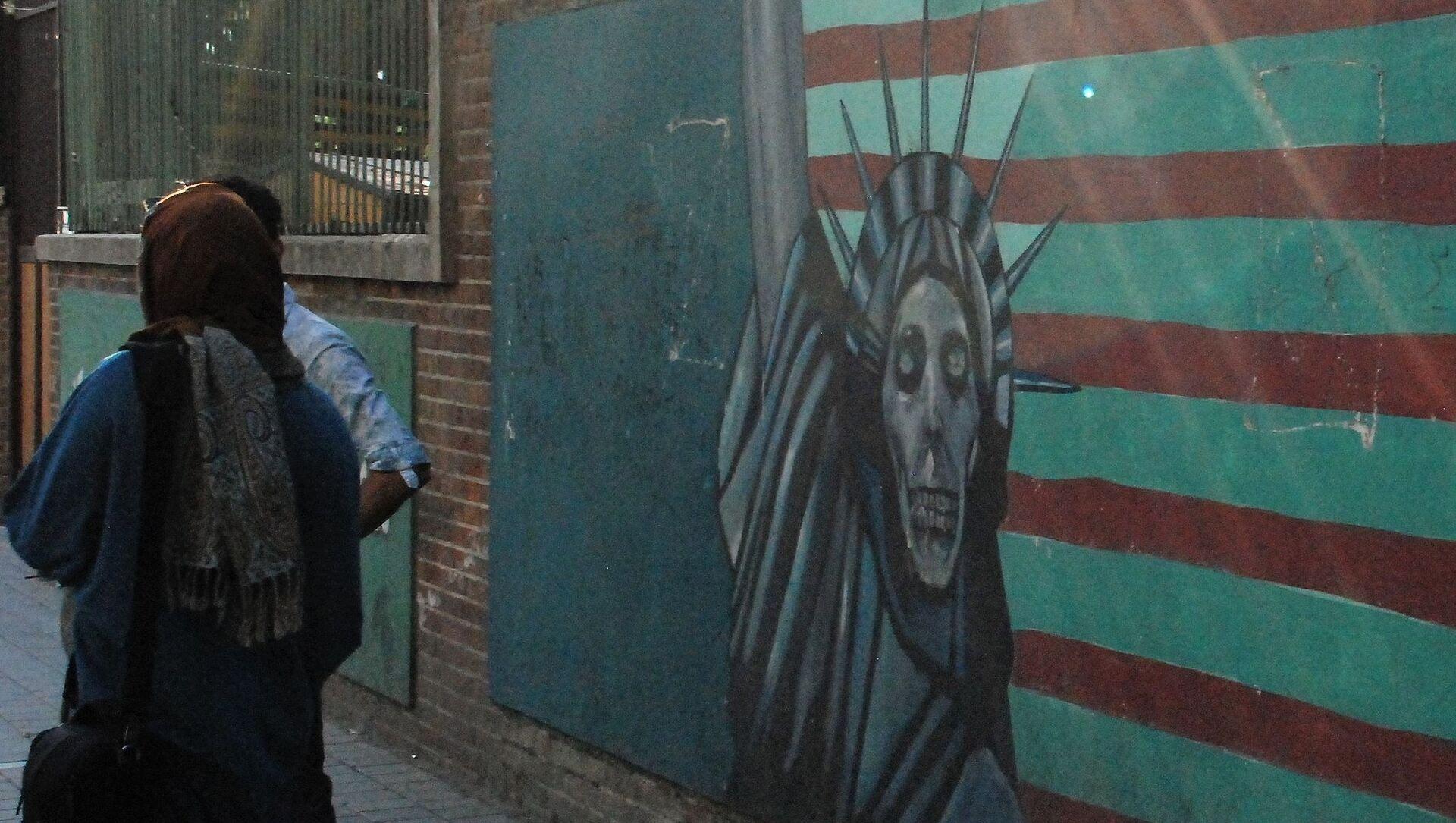 Граффити на стене бывшего посольства США в Тегеране. - Sputnik Армения, 1920, 09.04.2021