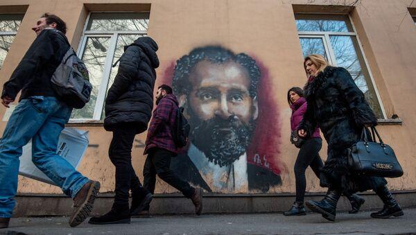 Прохожие у граффити Туманяна в Ереване - Sputnik Արմենիա