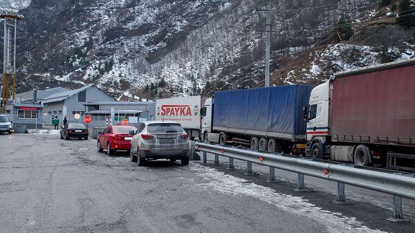 Автомобильная очередь у КПП Верхний Ларс - Sputnik Армения