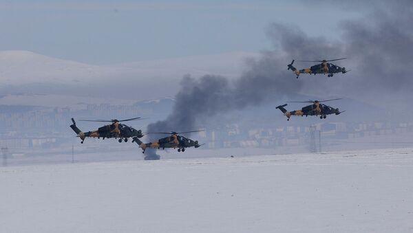 Вертолеты турецкой армии ведут огонь по позициям противника во время ежегодных учений армии Зима 2019 вблизи Карса (21 февраля 2019). Восточная Турция - Sputnik Արմենիա