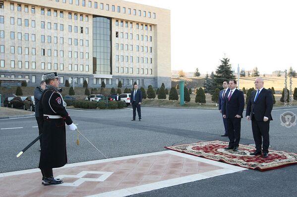 Վերջին անգամ (ի դեպ, կրկին փետրվարին) Հայաստան է այցելել պաշտպանական գերատեսչության նախկին ղեկավար Թինաթին Խիդաշելին։ - Sputnik Արմենիա