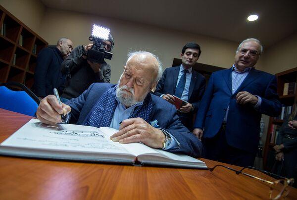 Երաժիշտը հուշամատյանում գրություն թողեց, որը, ինչպես հետո լրագրողներին խոստովանեց մաեստրոն, հատված էր իր ստեղծագործությունից։ Նա նաև նշեց, որ Կոմիտասը զգալի ազդեցություն է ունեցել իր ստեղծագործության վրա - Sputnik Արմենիա