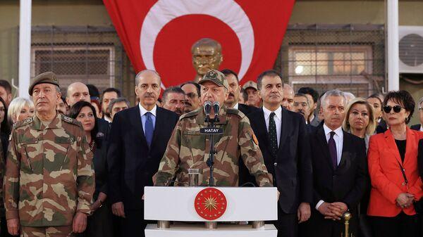 Президент Турции Реджеп Тайип Эрдоган в окружении армейских генералов обращается к турецким войскам у сирийской границы (1 апреля 2018). Рейханлы, Турция - Sputnik Արմենիա