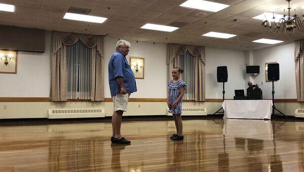 Совместный танец девочки и дедушки - Sputnik Армения