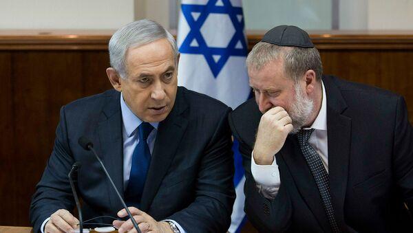 Беседа премьер-министра Израиля Биньямина Нетаньяху, с секретарем кабинета министров Авичаем Мандельблитом во время очередного заседания кабинета (8 ноября 2015). Иерусалим - Sputnik Армения