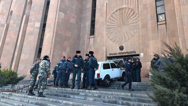 Врезавшийся в здание мэрии автомобиль Нива (8 марта 2019). Еревaн - Sputnik Արմենիա