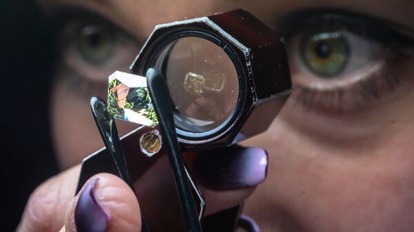 Сотрудница производит оценку бриллианта в цехе технического контроля и оценки ООО Бриллианты Алроса в Москве - Sputnik Արմենիա