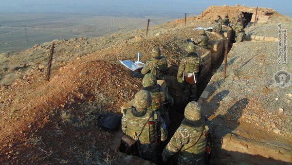 Армянские военнослужащие на боевой позиции - Sputnik Արմենիա