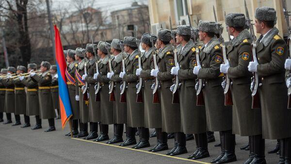 Рота почетного караула на официальной встрече президента Грузии Саломе Зурабишвили в резиденции президента Армении (13 марта 2019). Еревaн - Sputnik Армения