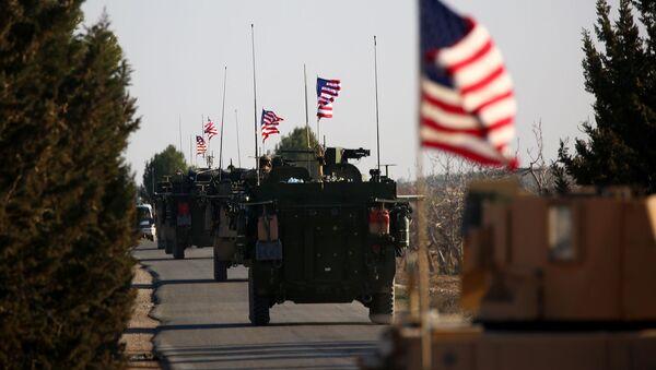 Колонна бронетехники ВС США проезжает вблизи западной окраины сирийского города Манбидж (5 марта 2017). Деревня Яланлы, Сирия - Sputnik Армения