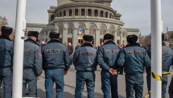 Городские власти приступили к демонтажу кафе на территории площади Свободы (14 марта 2019). Еревaн - Sputnik Արմենիա