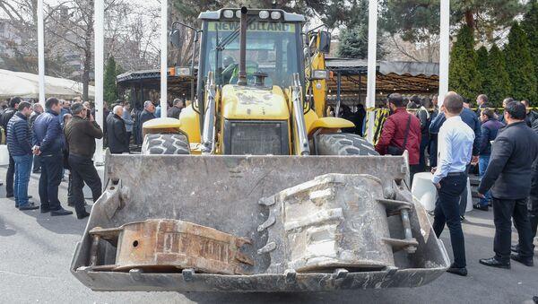 Городские власти приступили к демонтажу кафе на территории площади Свободы (14 марта 2019). Еревaн - Sputnik Армения