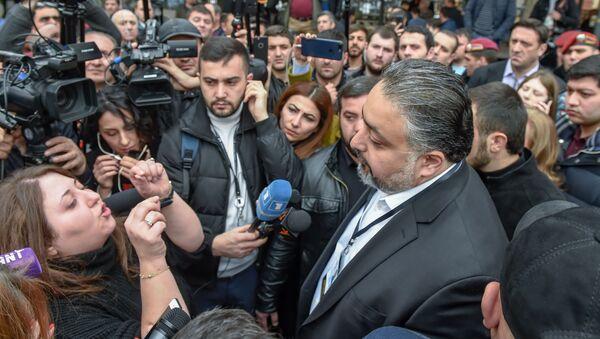 Руководитель административного района Кентрон Виктор Мнацаканян беседует с противниками сноса кафе на площади Свободы (14 марта 2019). Еревaн - Sputnik Армения
