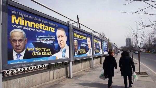 Рекламные щиты с фотографиями премьер-министра Израиля Биньямина Нетаньяху слева и его турецкого коллеги Реджепа Тайипа Эрдогана (25 марта 2013). Анкара - Sputnik Армения