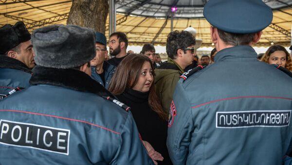 Стычка между сотрудниками полиции и противниками сноса кафе на площади Свободы (14 марта 2019). Еревaн - Sputnik Արմենիա