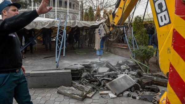 Городские власти демонтируют кафе на территории площади Свободы (14 марта 2019). Еревaн - Sputnik Армения