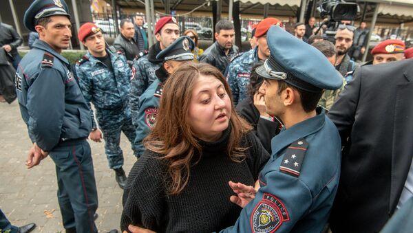 Стычка между сотрудниками полиции и противниками сноса кафе на площади Свободы (14 марта 2019). Еревaн - Sputnik Армения