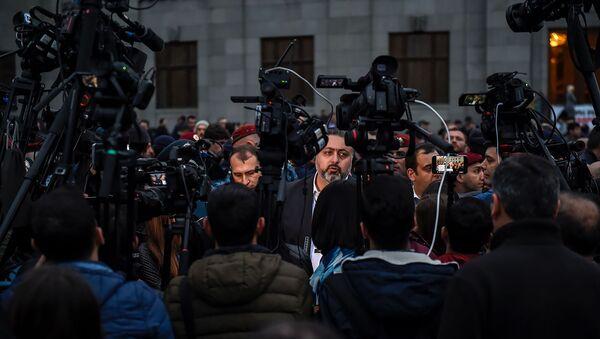 Руководитель административного района Кентрон Виктор Мнацаканян дает интервью на площади Свободы (14 марта 2019). Еревaн - Sputnik Армения