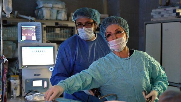 Главный акушер-гинеколог России Лейла Адамян в операционном отделении - Sputnik Արմենիա