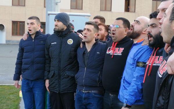 Յուրա Մովսիսյանը երկրպագուների հետ երգում է ՀՀ օրհներգը - Sputnik Արմենիա