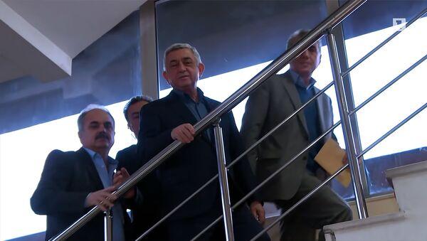 Президент шахматной федерации Армении Серж Саргсян ответил на вопрос журналиста (20 марта 2019). Еревaн - Sputnik Армения