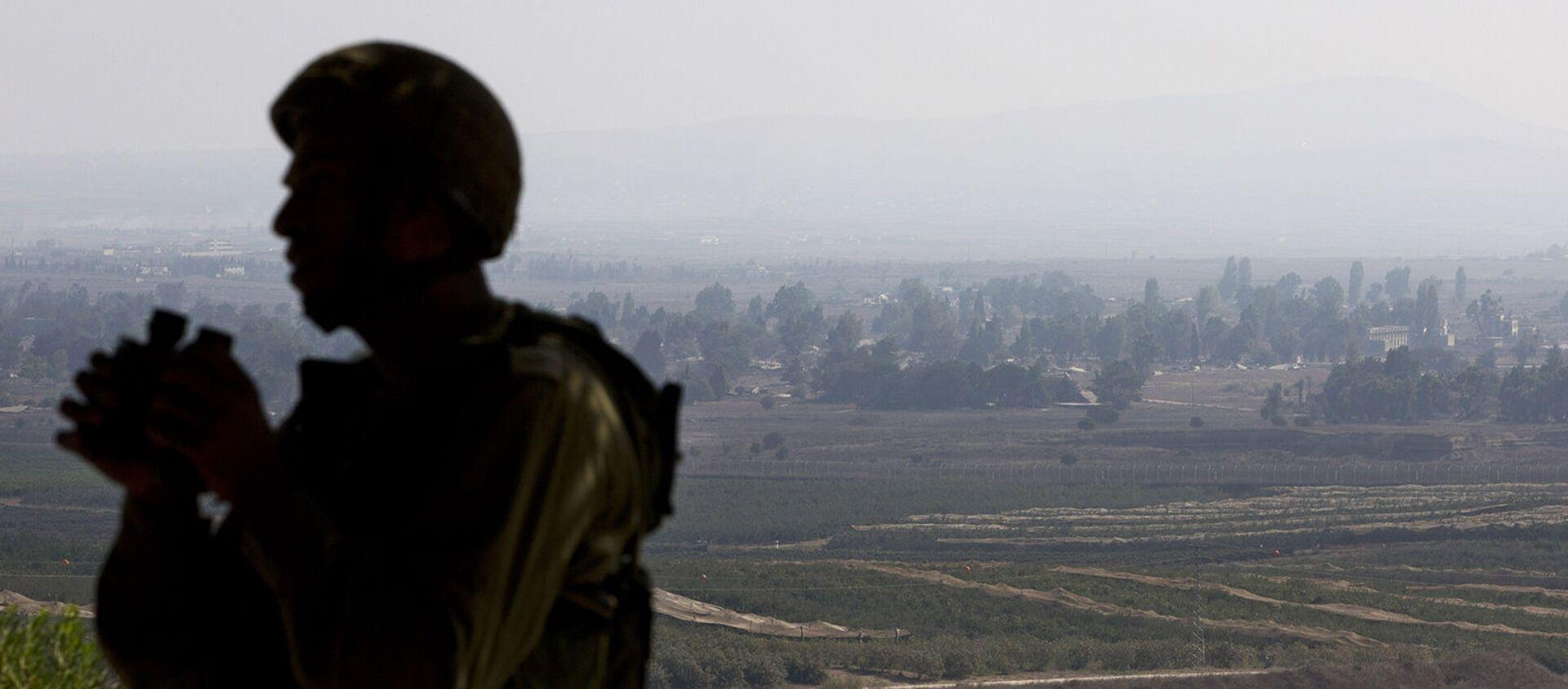Израильский солдат наблюдает за сирийской провинцией Эль-Кунейтра из наблюдательного пункта на контролируемых Израилем Голанских высотах (1 сентября 2014). - Sputnik Армения, 1920, 05.03.2021