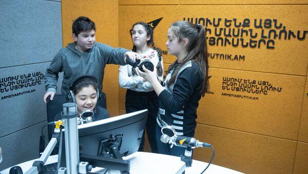 Ученики средней образовательной школы при ВЧ 2089 погранвойск ФСБ России в Армении в информационном агенстве и радио Sputnik в рамках проекта МедиUs (25 марта 2019). Еревaн - Sputnik Армения