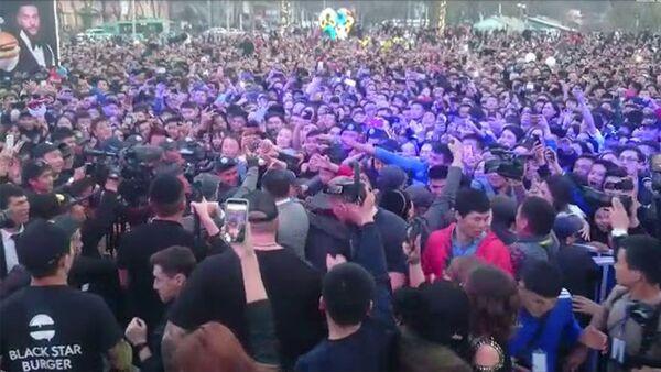 Толпа у сцены к Тимати в Бишкеке - Sputnik Армения