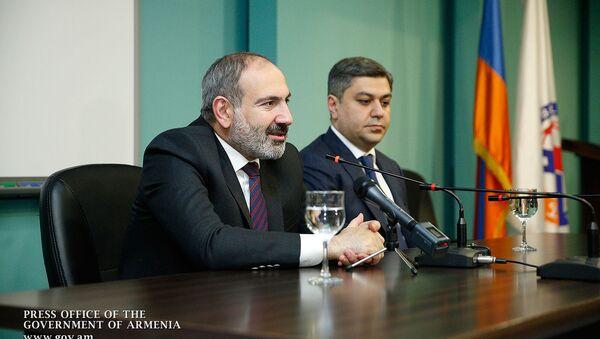 Премьер-министр Никол Пашинян в сопровождении президента ФФА Артура Ванецяна посетил академию футбола (25 марта 2019). Еревaн  - Sputnik Армения