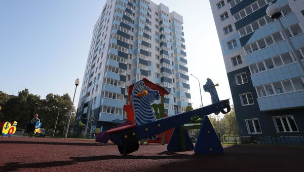 Детская площадка во дворе многоэтажных жилых домов  - Sputnik Արմենիա