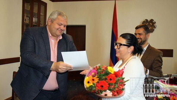 Мэр Ванадзора Мамикон Асланян вручает благодарственное письмо Агнессе Шахназарян (27 марта 2019). Ванадзор - Sputnik Армения