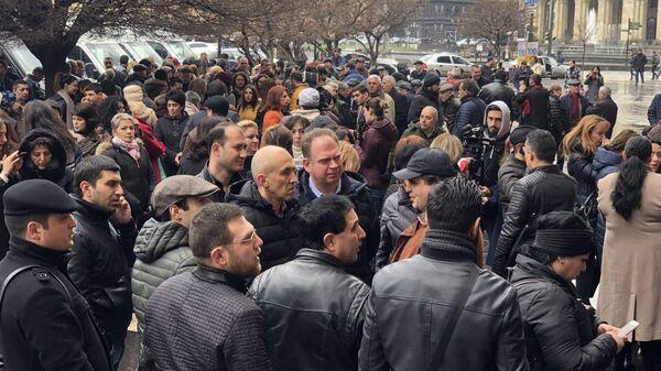 Акция протеста перед Домом правительства (1 апреля 2019). Еревaн - Sputnik Армения