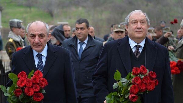 Президенты Армении и Карабаха Армен Саркисян и Бако Саакян возложили цветы перед манументом в честь павших солдат в апрельской войне (1 апреля 2019). Талыш - Sputnik Արմենիա