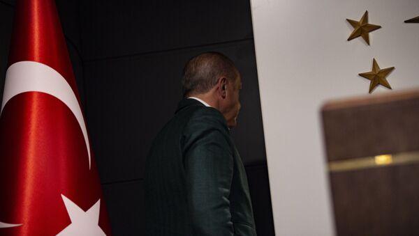 Президент Турции Тайип Эрдоган покидает пресс-конференцию после местных выборов (31 марта 2019). Стамбул - Sputnik Армения