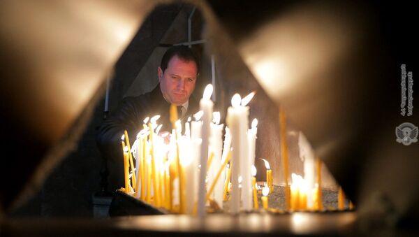 Министр обороны Давид Тоноян в церкви Сурб Вартананц в военном пантеоне Ераблур (2 апреля 2019). Еревaн - Sputnik Արմենիա