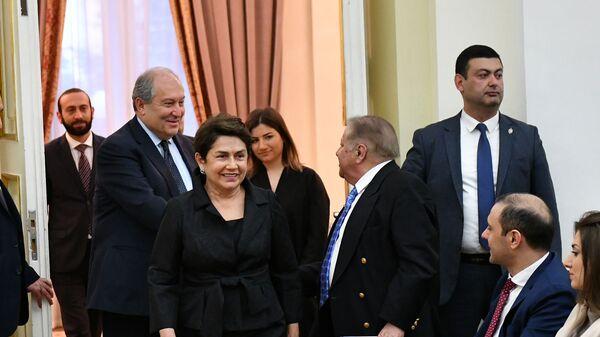 Президент Армен Саркисян и госпожа Нунэ Саркисян прибывают на сольный концерт Светланы Навасардян в Резиденции президента Армении - Доме Республики (3 апреля 2019). Еревaн - Sputnik Армения
