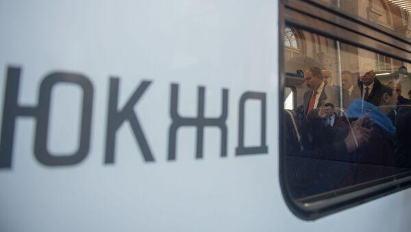 Премьер-министр Никол Пашинян рассматривает новый электропоезд ЮКЖД (5 апреля 2019). Еревaн - Sputnik Արմենիա