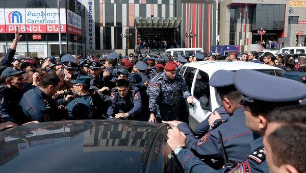 Сотрудники полиции пытаются разблокировать перекрытую улицу Тиграна Меца перед зданием суда административных районов Кентрон и Норк-Мараш (8 апреля 2019). Еревaн - Sputnik Армения