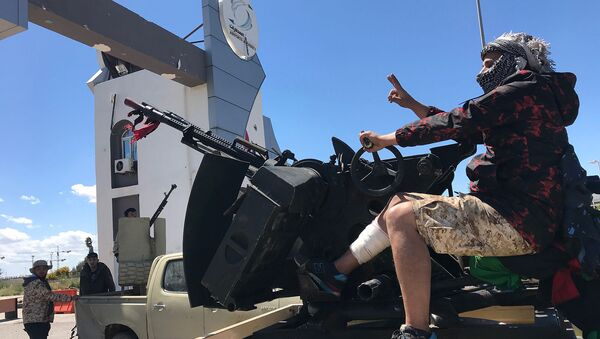 Силы, лояльные международно признанному ливийскому правительству национального согласия (GNA) у входных ворот старого аэропортa Триполи (8 апреля 2019). Ливия - Sputnik Армения