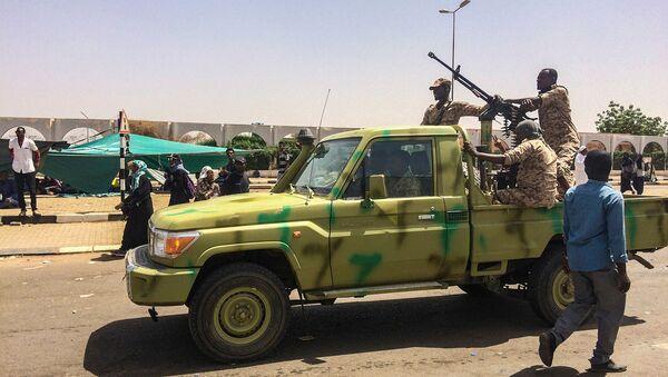 Солдаты суданской армии патрулируют возле протестующих, собравшихся возле военного штаба в столице Судана (9 апреля 2019). Хартум - Sputnik Армения