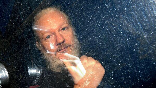Основатель WikiLeaks Джулиан Ассанж в полицейском автомобиле (11 апреля 2019). Лондон - Sputnik Արմենիա